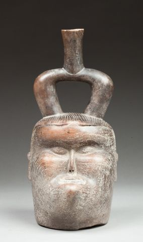 Important vase étrier présentant une tête...
