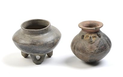 Ensemble composé de deux vases ovoides de...
