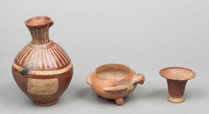 Ensemble : - Vase tripode modelé d'un oiseau...