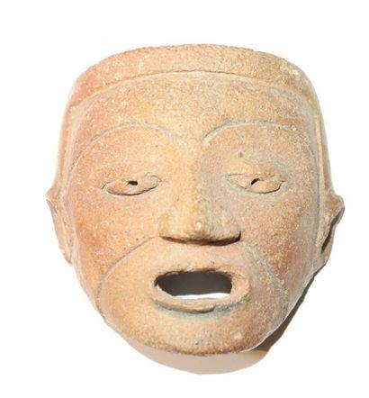 Masque en terre cuite orangée. Maya, Epoque...
