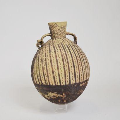 Vase à deux anses et à décor de symboles...