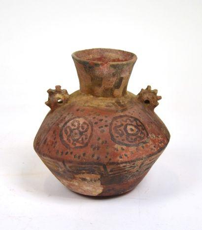 Vase à deux anses à décor de symboles. Terre...