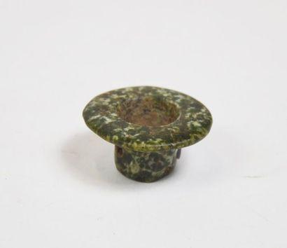 Un ornement d'oreille « Tambas » en pierre...