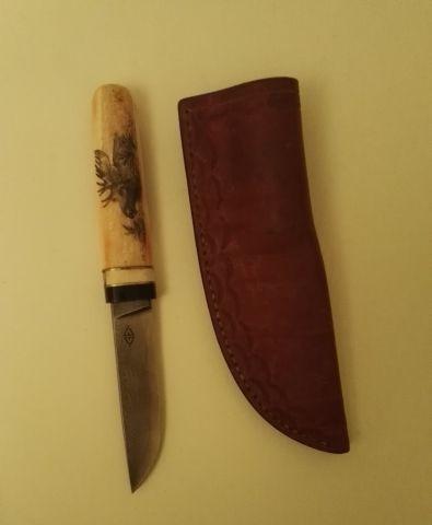 Couteau de chasse, le manche gravé d'un cerf...