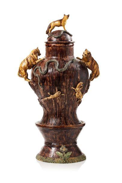 Ecole de Palissy Important vase couvert de forme balustre en céramique émaillée...