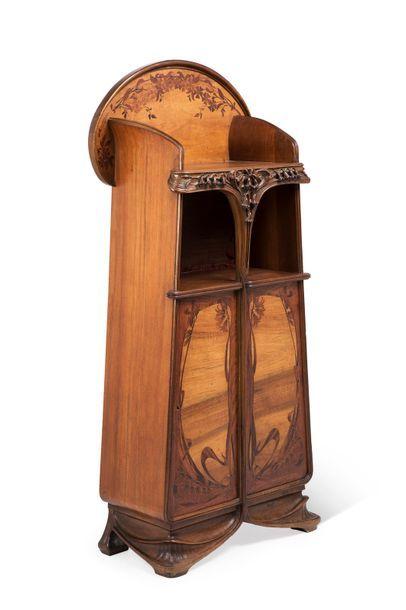 Louis MAJORELLE (Toul 1859 - Nancy 1926) Meuble de présentation en bois de noyer...