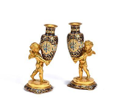 Deux vases formant pendants en forme d'amphores...