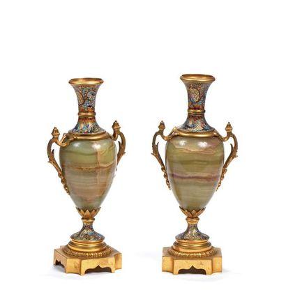 Paire de vases de forme ovoïde, le corps...