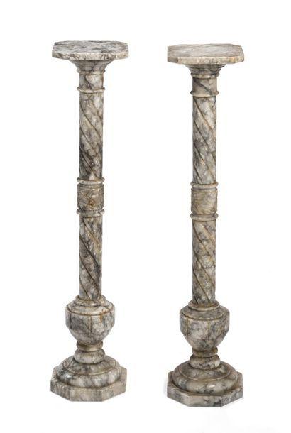 Paire de sellettes en marbre gris, les fûts...