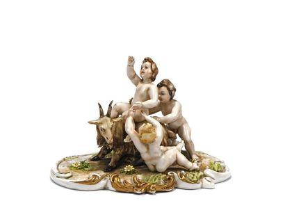 Naples, petit groupe en porcelaine représentant...
