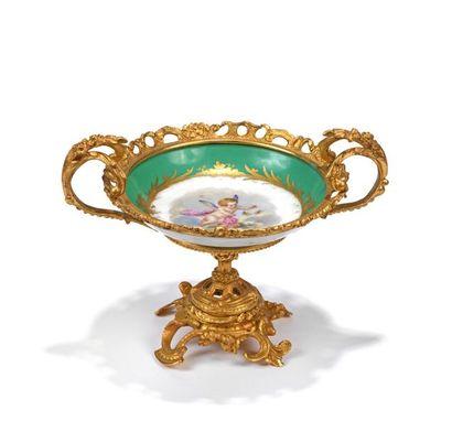 Coupe en porcelaine à décor polychrome d'un...