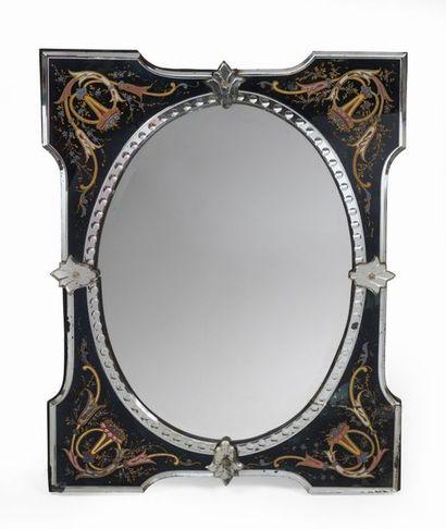 Miroir à vue ovale inscrit dans un encadrement...