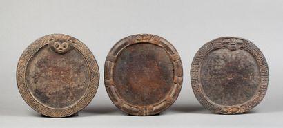 Ensemble de trois plateaux circulaires de divination. Bois. Ancienne patine d'usage...