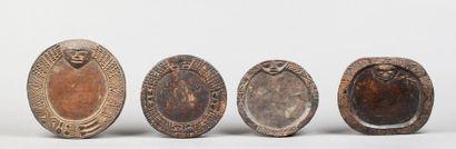 Ensemble de quatre petits plateaux de formes circulaires et ovales de divination....