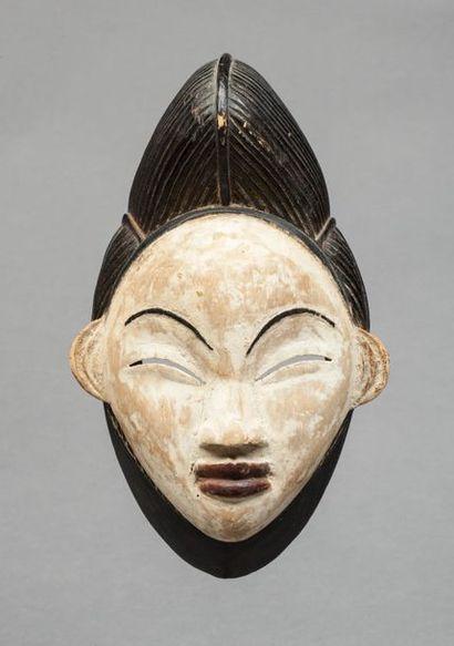 Masque de danse présentant un visage féminin...