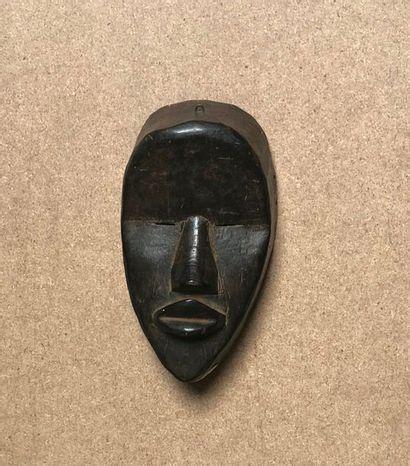 Masque diminutif présentant un visage aux...