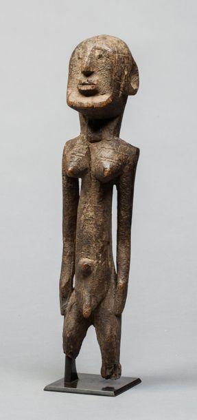 Statuette présentant un ancêtre hermaphrodite,...