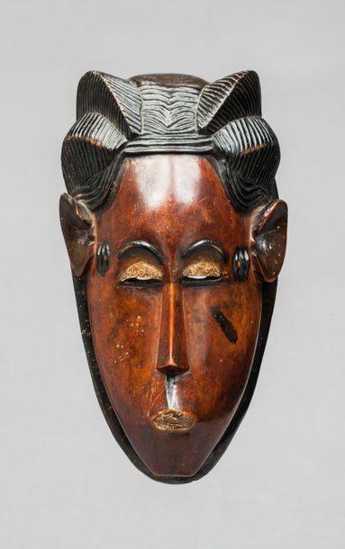 Masque de danse présentant un visage au nez...