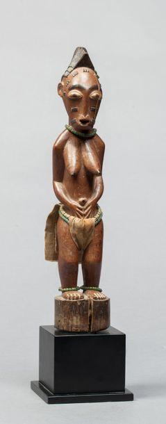 Statuette féminine présentée debout, les...