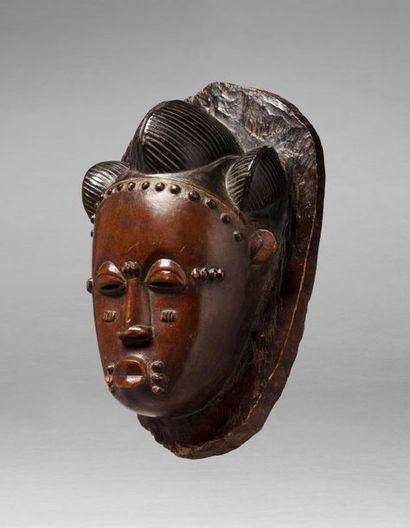 Masque de danse présentant une tête de dignitaire,...
