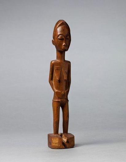 Statuette présentant une jeune femme debout,...