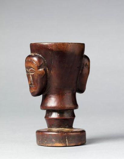 Coupe rituelle sculptée de deux masques en...
