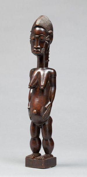 Statue féminine présentée sur un piédestal...