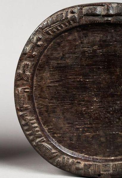 Ensemble de deux plateaux de divination circulaires. Ils sont agrémentés d'une frise...