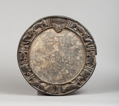 Plateau de divination agrémenté d'une large frise circulaire présentant divers animaux...