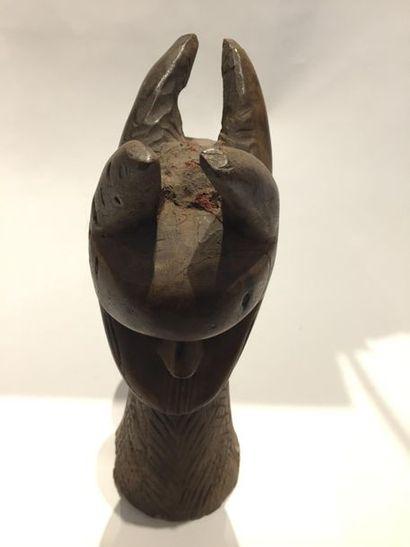 Petit totem sculpté de deux masques accolés. Bois à patine claire. Toma 34 x 18...