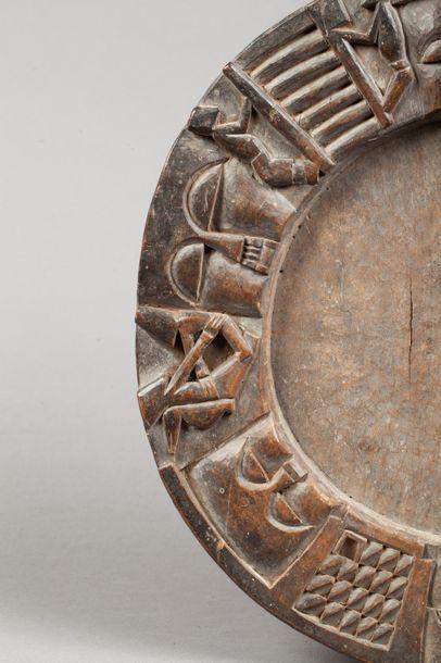 Plateau circulaire de divination agrémenté d'une large frise sculptée en ronde bosse...