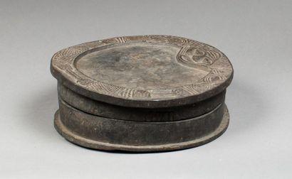 Réceptacle, le couvercle formant un plateau de divination avec visage et symboles...