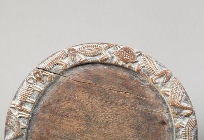 Ensemble de deux plateaux circulaires de divination ornés d'animaux divers sculptés...