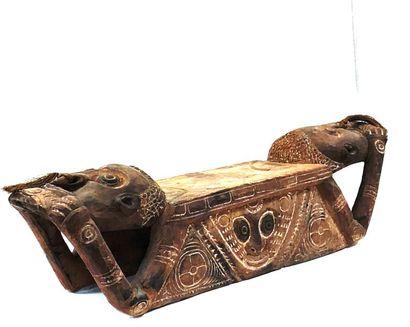 Banc cultuel sculpté de deux têtes ancestrales,...