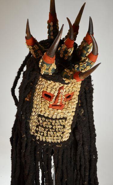 Masque de la société secrète NKungan.  Raphia,...