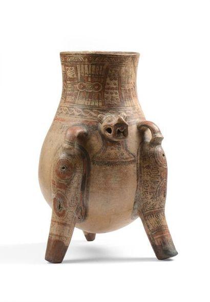 Vase tripode, il présente un jaguar humanisé...