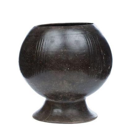Vase à panse hémisphérique sur piédouche...