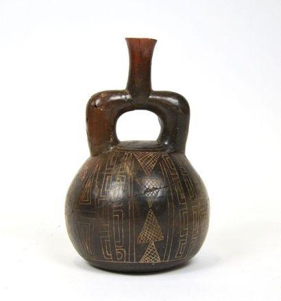 Vase étrier à décor symbolique gravé  Terre...