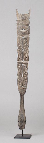 Large spatule à chaux présentant un décor...