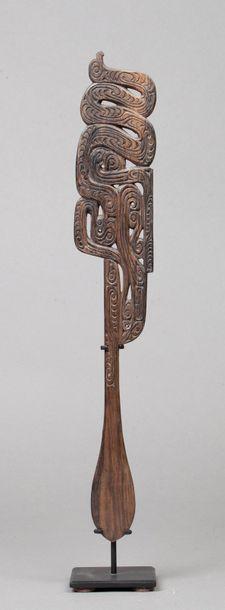 Large spatule à chaux sculptée sur la partie...