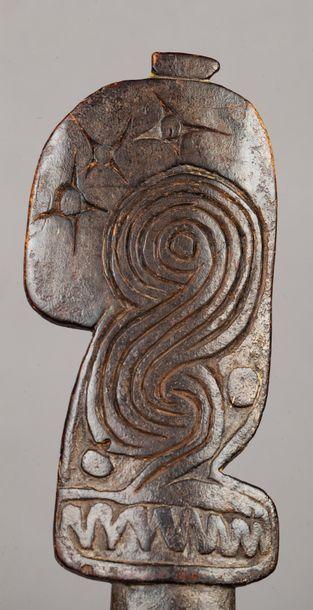 Spatule rituelle agrémentée d'un décor symbolique...