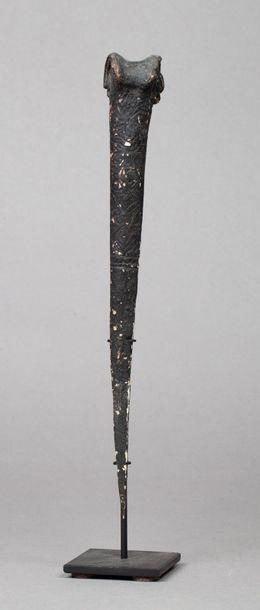 Bone dagger gravé de symboles recouverts...