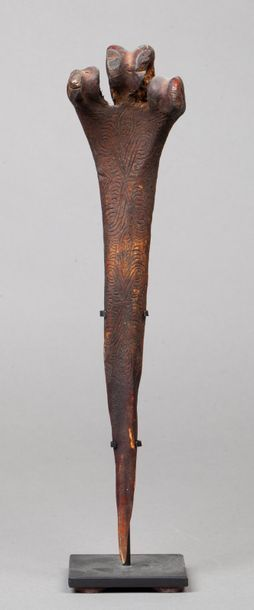 Bone dagger gravé d'un discret décor de motifs...