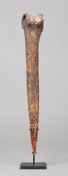 Bone dagger gravé d'un beau décor évoquant...