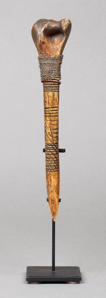 Bone dagger incisé d'un décor géométrique...