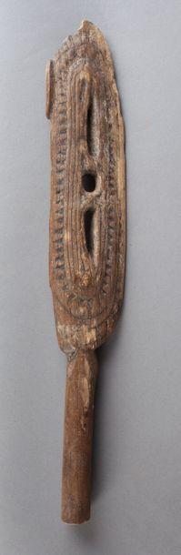 Extrémité de pagaie à décor ancestral évoquant la figure totémique d'un oiseau stylisé...