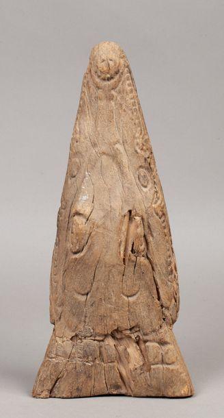 Proue de pirogue sculpté d'un crocodile stylisé  Bois avec érosion du temps  Région...