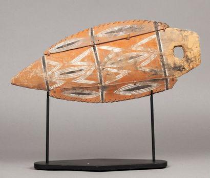 Figure ornementale en forme de feuille, peinte de motifs ancestraux.  Bois polychrome,...