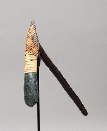 Herminette accompagnée d'une hache en serpentine verte sculptée et polie.  Bois,...