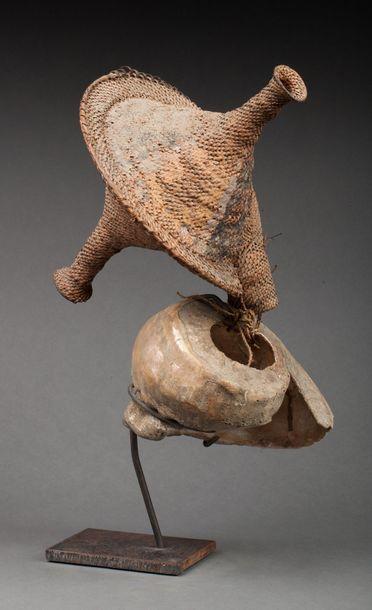 Monnaie rituelle composée d'un piédestal en coquillage marin surmonté d'une tête...